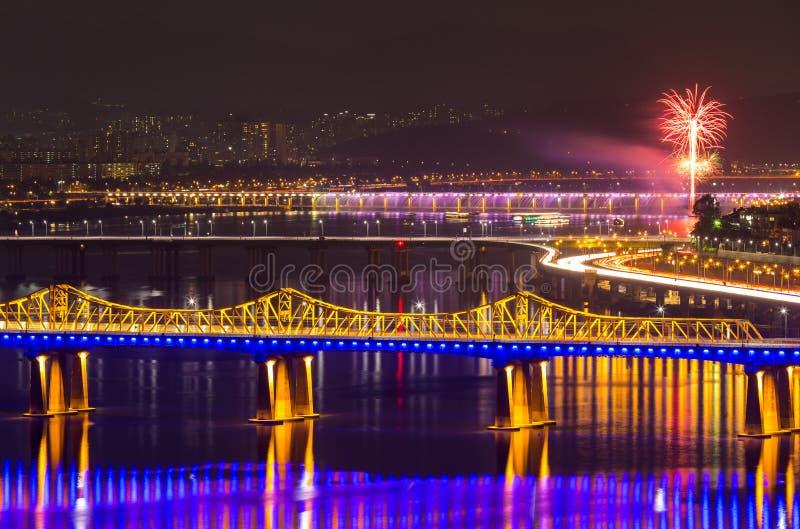 Ciudad de Seul con el fuego artificial foto de archivo libre de regalías