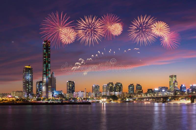 Ciudad de Seul en puesta del sol con el festival de los fuegos artificiales, Corea del Sur fotos de archivo