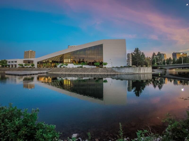 Ciudad de Spokane en Washington en el parque de la orilla del río en la puesta del sol fotos de archivo libres de regalías