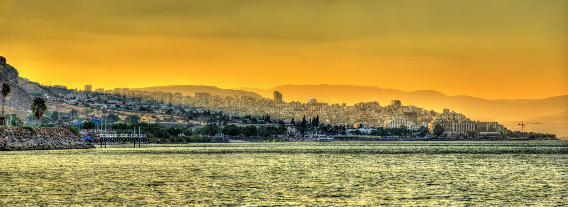 Ciudad de Tiberíades y el mar de Galilea en Israel imagen de archivo libre de regalías