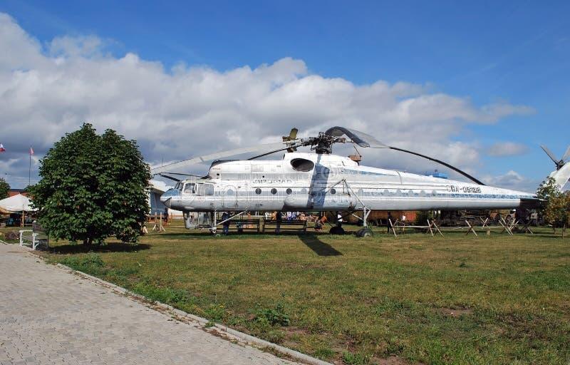 Ciudad de Togliatti Museo técnico de K g sakharov Objeto expuesto de la grúa del helicóptero del transporte Mi-10 de los militare fotos de archivo