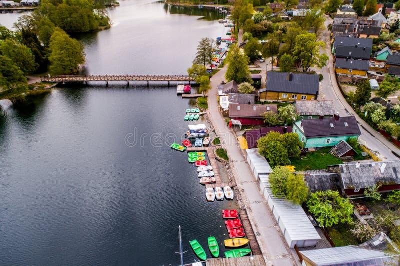 Ciudad de Trakai cerca del lago imágenes de archivo libres de regalías
