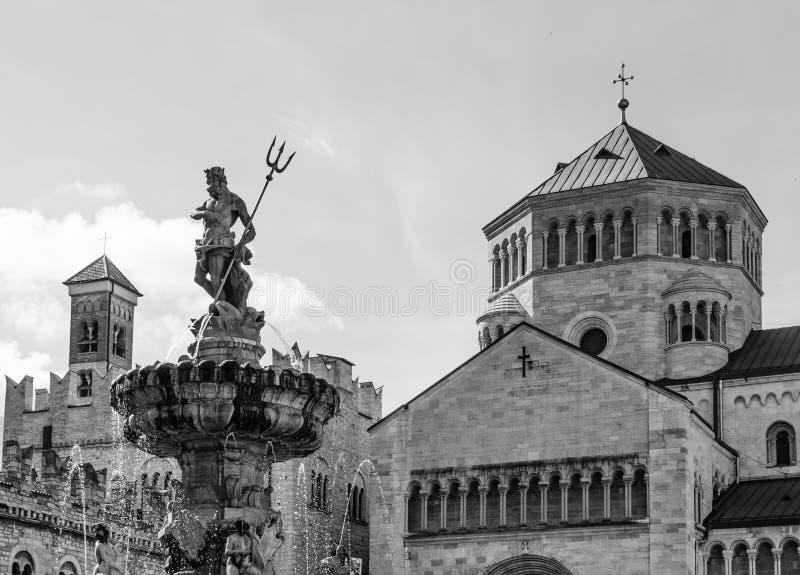 Ciudad de Trento: plaza principal Piazza Duomo, con la torre de reloj y la última fuente barroca de Neptuno Ciudad en Trentino Al fotos de archivo libres de regalías