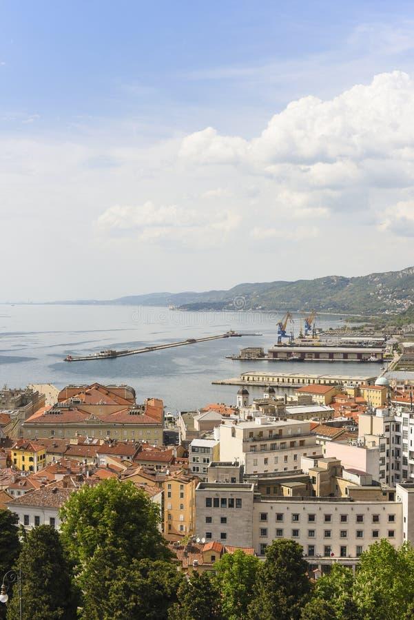 Ciudad de Trieste en Italia con la opinión sobre el puerto y el mar foto de archivo libre de regalías