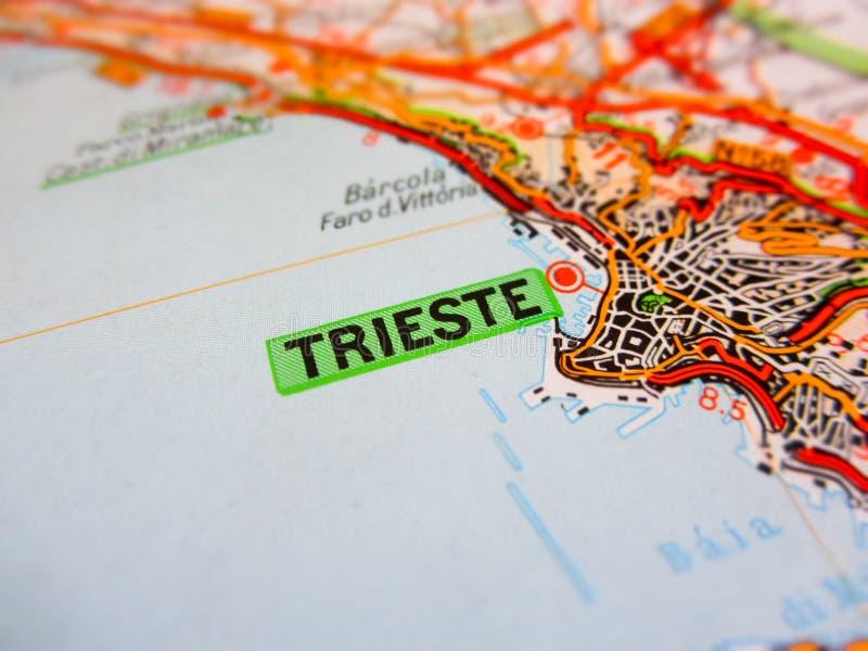 Ciudad de Trieste sobre un mapa de camino ITALIA fotografía de archivo