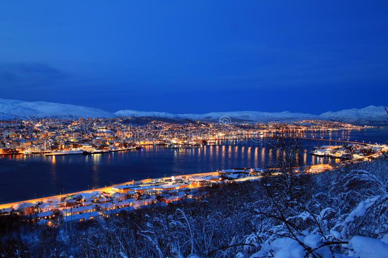 Ciudad de Tromso en la noche imágenes de archivo libres de regalías