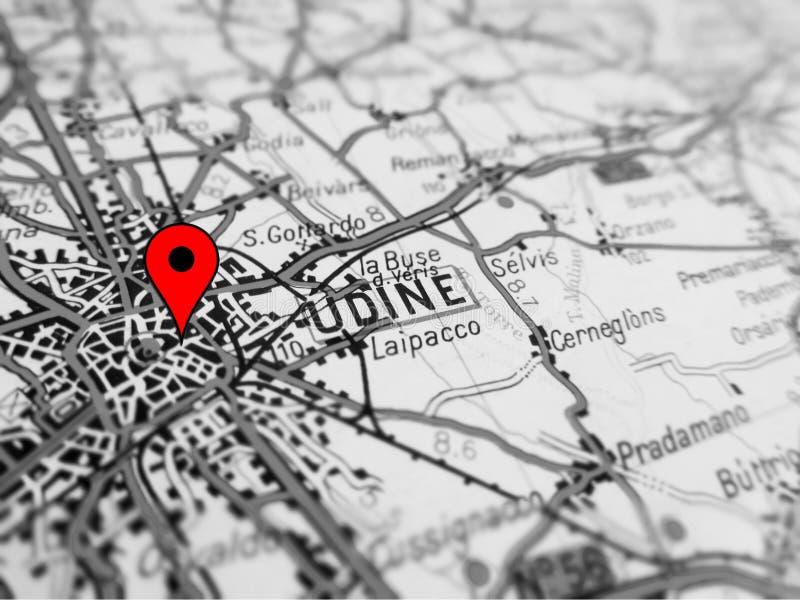 Ciudad de Udine sobre un mapa de camino ITALIA imagen de archivo libre de regalías