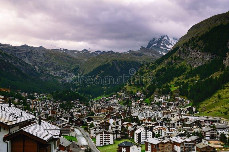 Ciudad de vacaciones suiza de Zermatt y de la montaña de Cervino en un día nublado