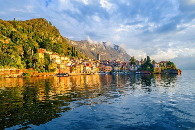 Ciudad de vacaciones Varenna en el lago Como, Italia foto de archivo