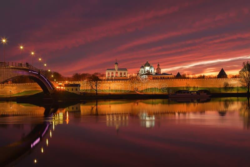Ciudad de Veliky Novgorod en la puesta del sol imágenes de archivo libres de regalías