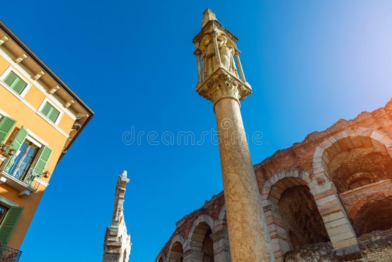 Ciudad de Verona, Italia Pieza de la pared con los arcos de la arena en Verona Arena di Verona y de la columna piadosa en sujetad imagenes de archivo