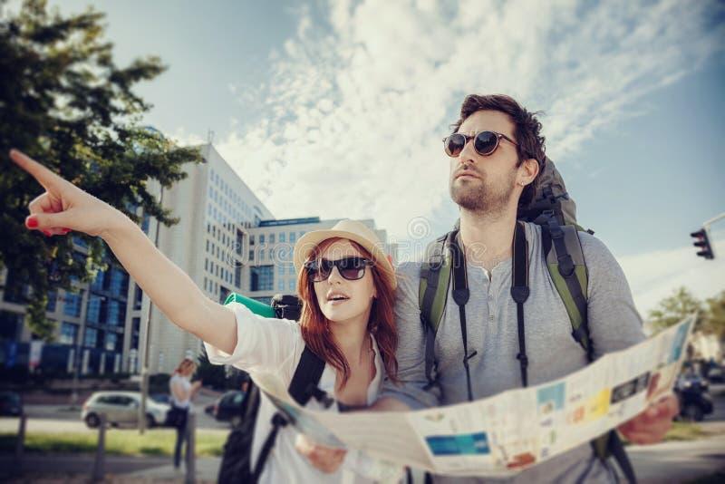 Ciudad de visita turístico de excursión de los pares turísticos imagen de archivo libre de regalías