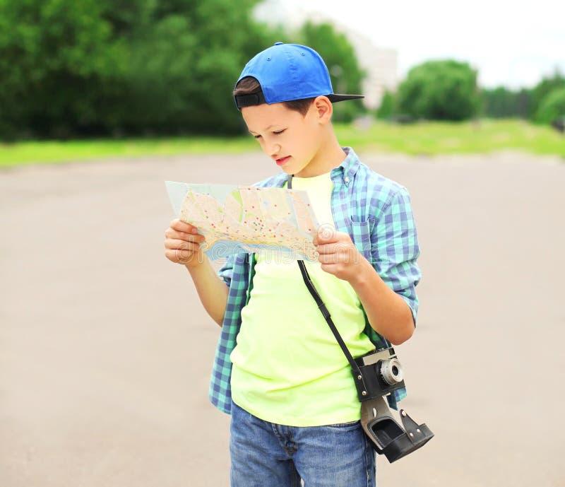 ciudad de visita turístico de excursión turística del muchacho del adolescente del retrato con un mapa de papel imagen de archivo libre de regalías