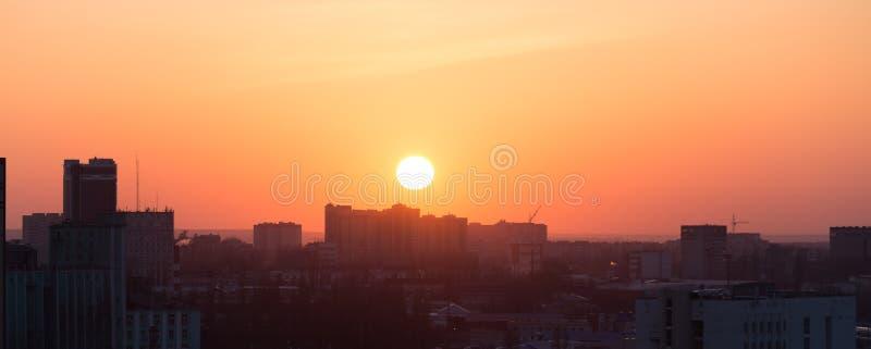 Ciudad de Voronezh en la puesta del sol, contra un cielo colorido, visión aérea panorámica desde el tejado imagen de archivo
