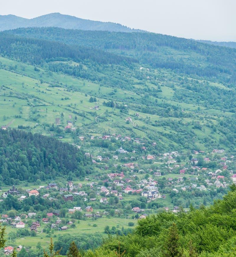 Ciudad de Yaremche en las colinas de Cárpatos foto de archivo libre de regalías