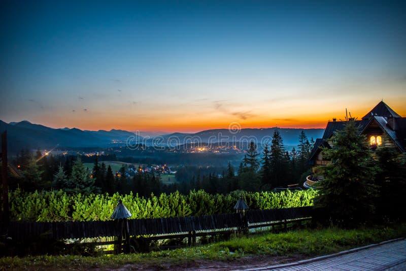 Ciudad de Zakopane en la noche imagenes de archivo