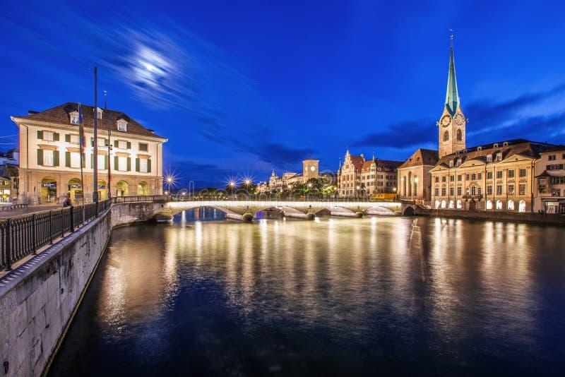 Ciudad de Zurich por noche con el río Limmat fotografía de archivo libre de regalías