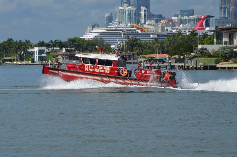 Ciudad del bote de salvamento del fuego de Miami imagenes de archivo