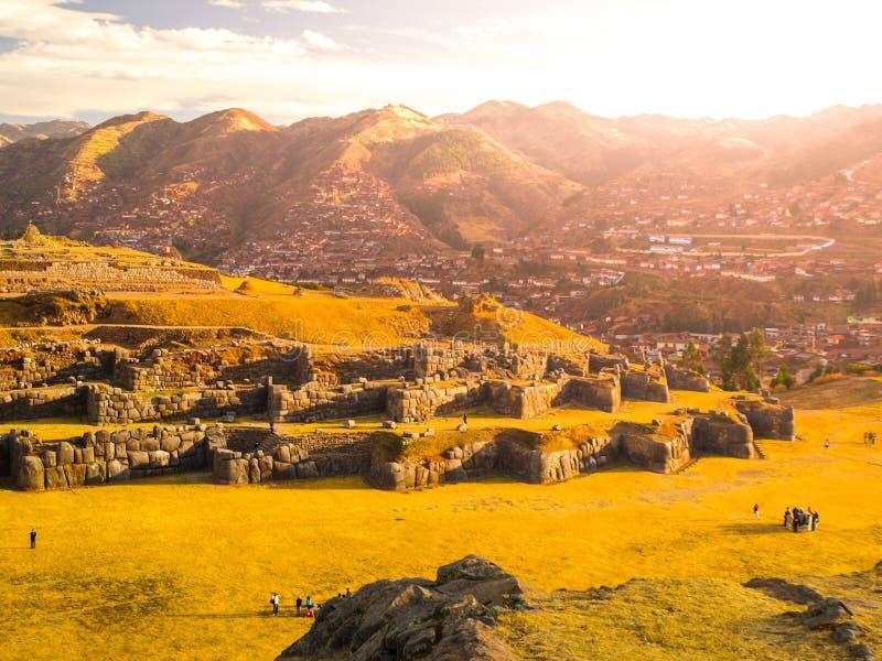 Ciudad del fuerte Sacsayhuaman y de Cuzco en el backgroudn el día soleado, Perú fotografía de archivo