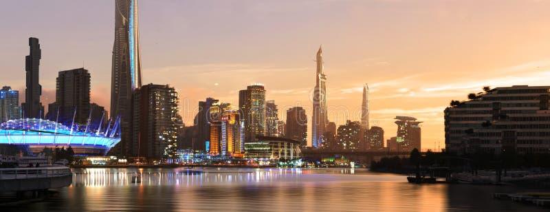 Ciudad del futuro durante puesta del sol stock de ilustración