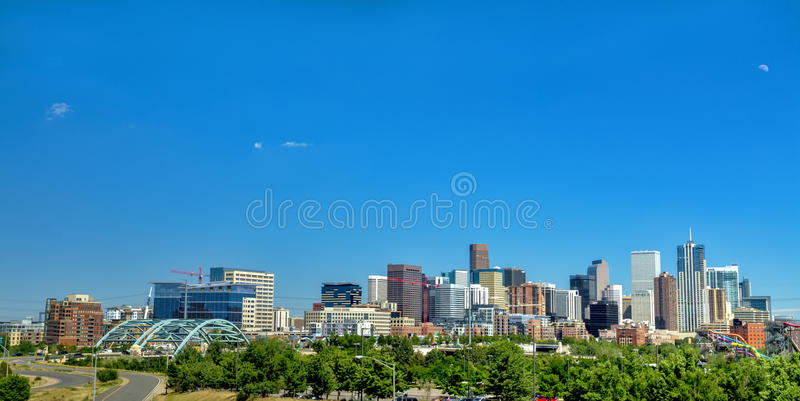 Ciudad del horizonte de Denver Colorado con la luna fotos de archivo