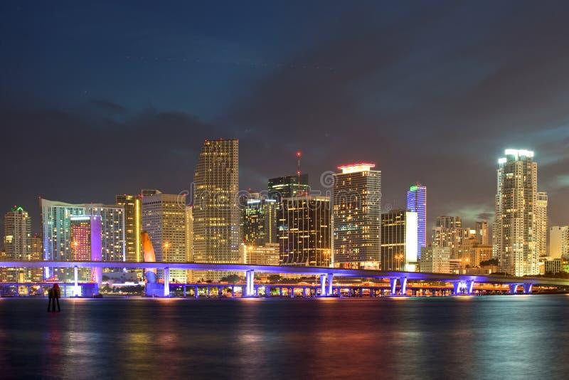 Ciudad del horizonte de la noche de Miami la Florida imagen de archivo