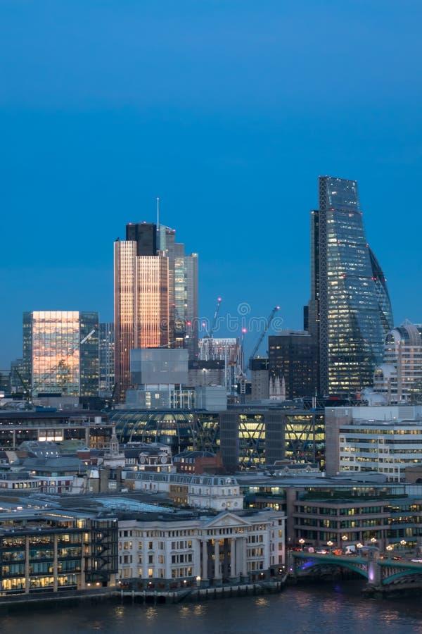 Ciudad del horizonte de los edificios de oficinas de los rascacielos de Londres en el crepúsculo fotografía de archivo libre de regalías