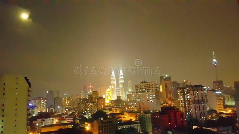 ciudad del lampur de Kuala en la noche foto de archivo libre de regalías
