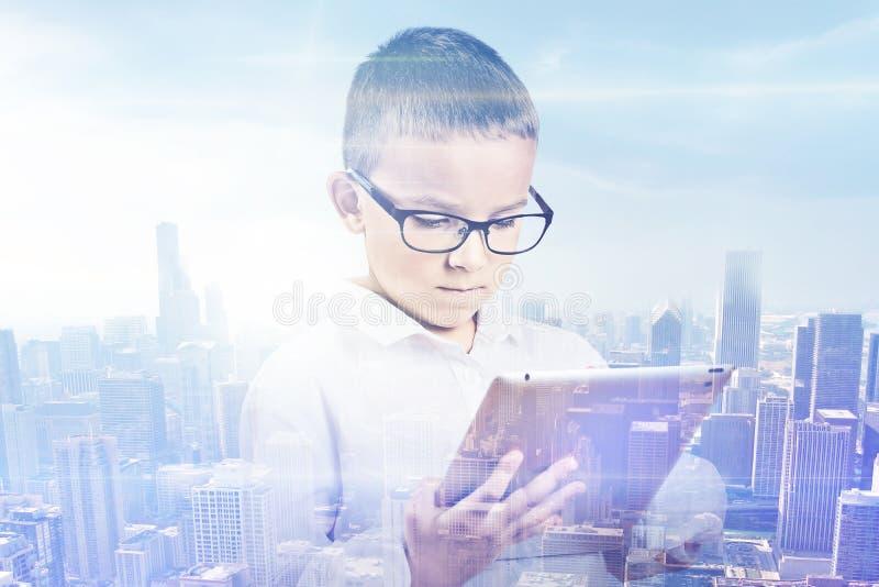 Ciudad del muchacho de la exposición doble Estudiante que usa el fondo digital del horizonte de la tableta fotos de archivo libres de regalías