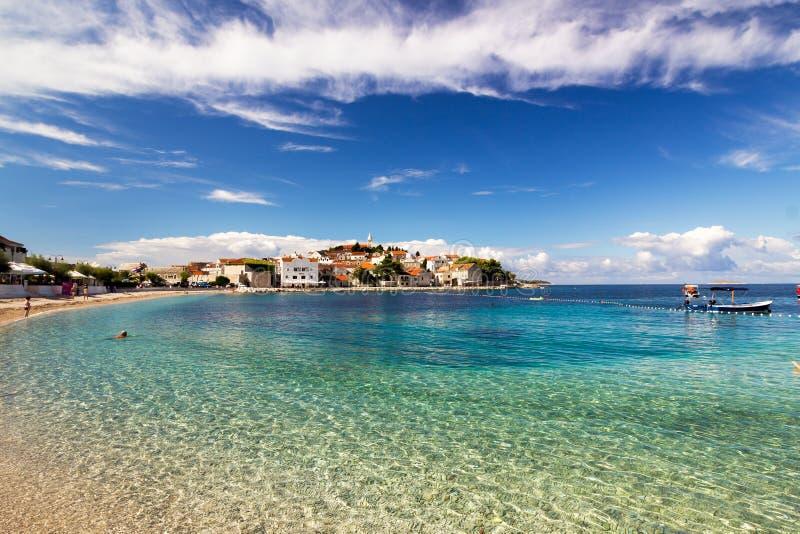 Ciudad del paisaje de Primosten, Croacia del mar adriático fotografía de archivo libre de regalías