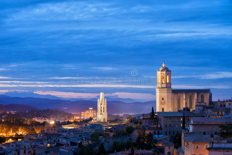 Ciudad del paisaje urbano del crepúsculo de Girona imagen de archivo