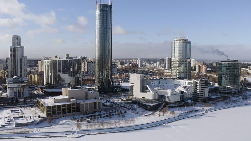 Ciudad del panorama aéreo de Ekaterinburg el día de invierno, Rusia acci?n Antena para el centro de Yeltsin - museo histórico fotografía de archivo libre de regalías