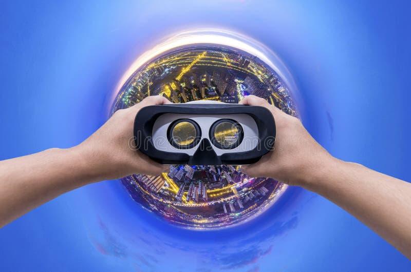 Ciudad del planeta del concepto con edificio de la ciudad del planeta de los vidrios de VR el pequeño durante crepúsculo imagen de archivo libre de regalías