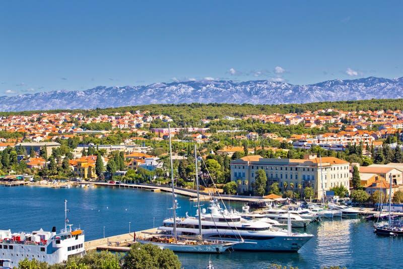 Ciudad del puerto de Zadar y de la montaña de Velebit fotos de archivo libres de regalías