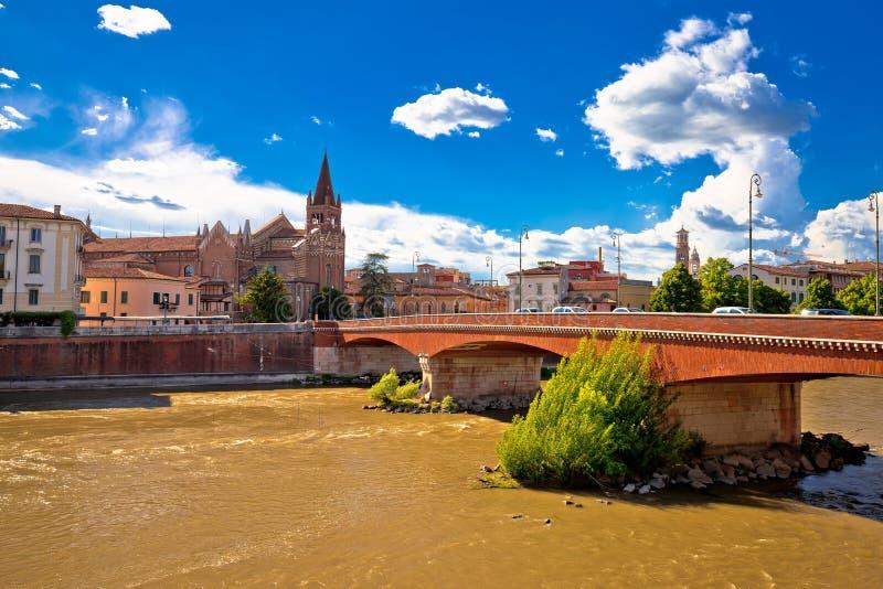 Ciudad del río de Verona Adige y de la iglesia de San Fermo Maggiore imágenes de archivo libres de regalías