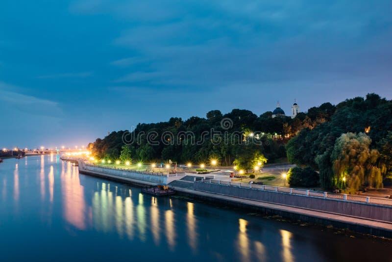 Ciudad del terraplén de Gomel en el parque de la ciudad con illuminatio de la noche imagen de archivo