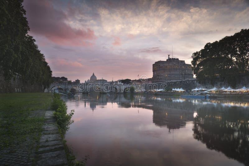 Ciudad del Vaticano, Roma, Italia, panorama vibrante hermoso de la imagen de la noche de la basílica de San Pedro, St Ángel de Po imagenes de archivo