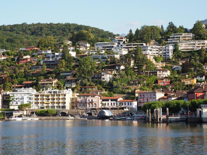 Ciudad del viaje de ASCONA en la opinión del mimbre de SUIZA sobre el lago Maggiore imagen de archivo