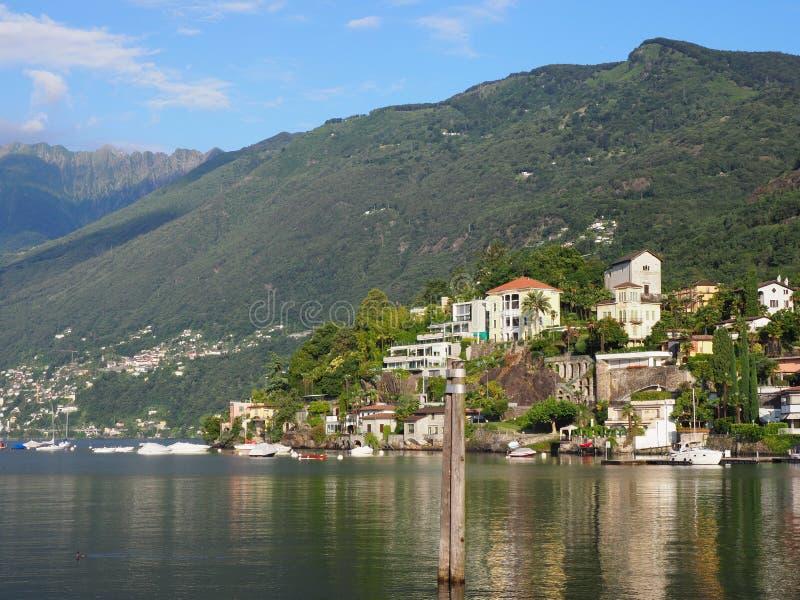 Ciudad del viaje de ASCONA en SUIZA con la vista escénica del lago Maggiore imagen de archivo