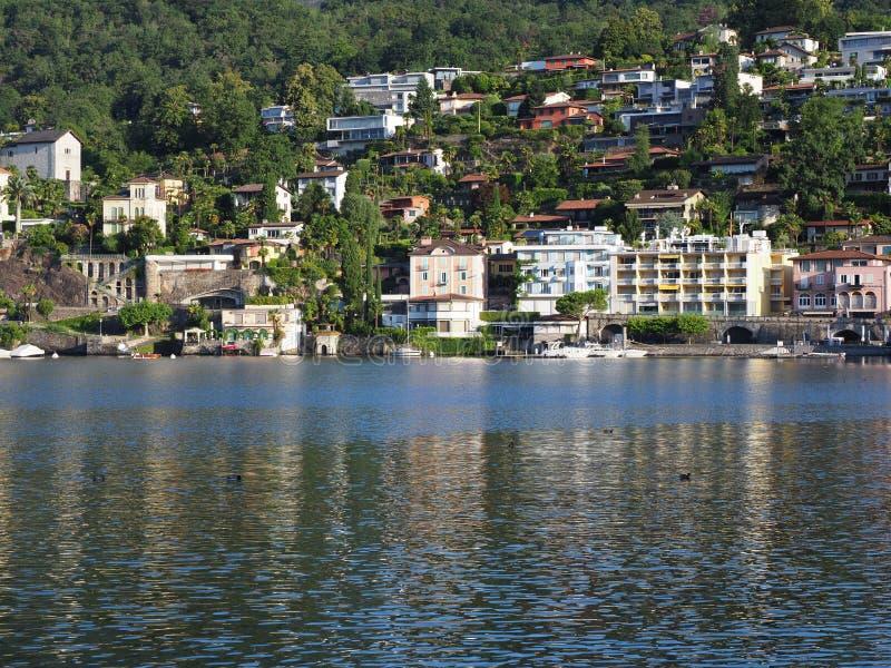 Ciudad del viaje de ASCONA en SUIZA con la vista escénica del lago Maggiore imagenes de archivo