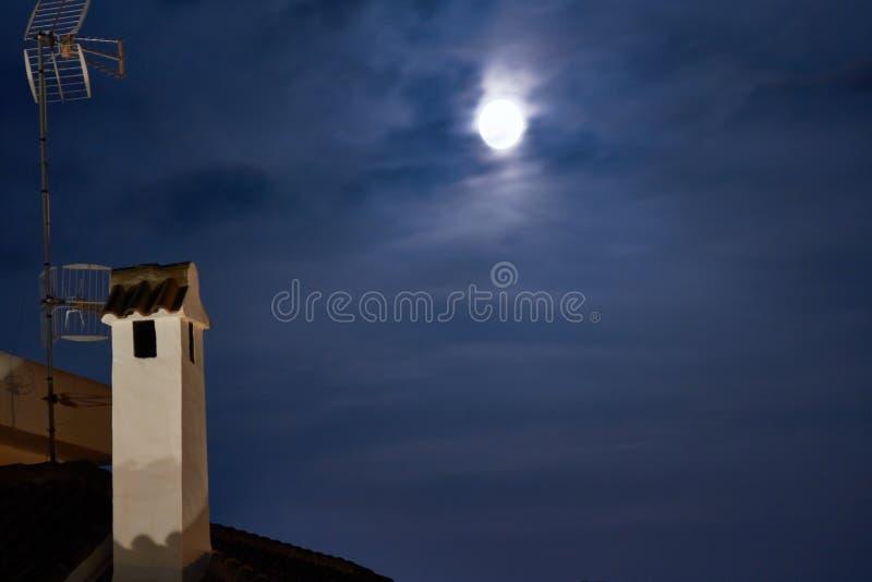 Ciudad del vintage en la noche Luna brillante imagenes de archivo