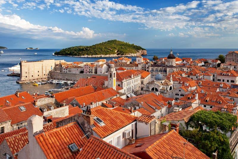 Ciudad e isla viejas de Lokrum en la puesta del sol, Dubrovnik, Croacia imagenes de archivo