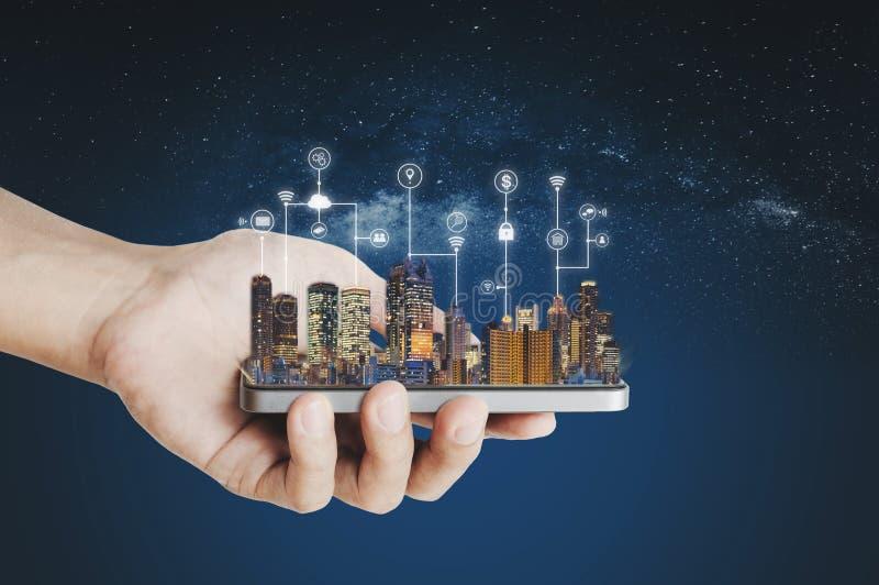 Ciudad elegante, tecnología de la construcción y tecnología de la aplicación móvil imágenes de archivo libres de regalías