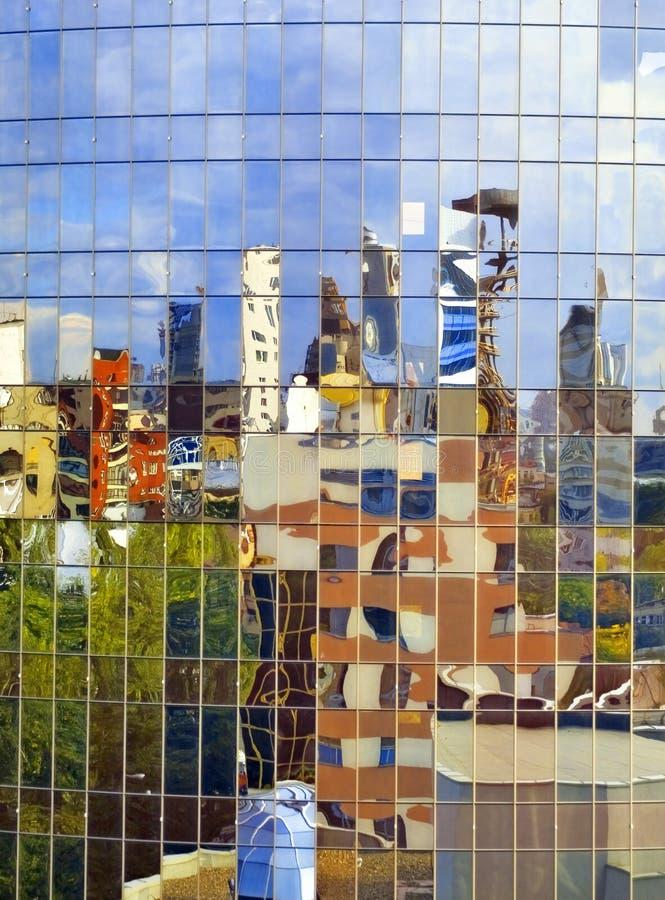 Ciudad en el espejo que tuerce fotos de archivo libres de regalías