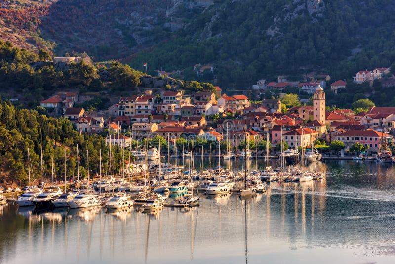 Ciudad en el río de Krka en luz de la mañana, la entrada de Skradin al parque nacional de Krka, Croacia imagen de archivo