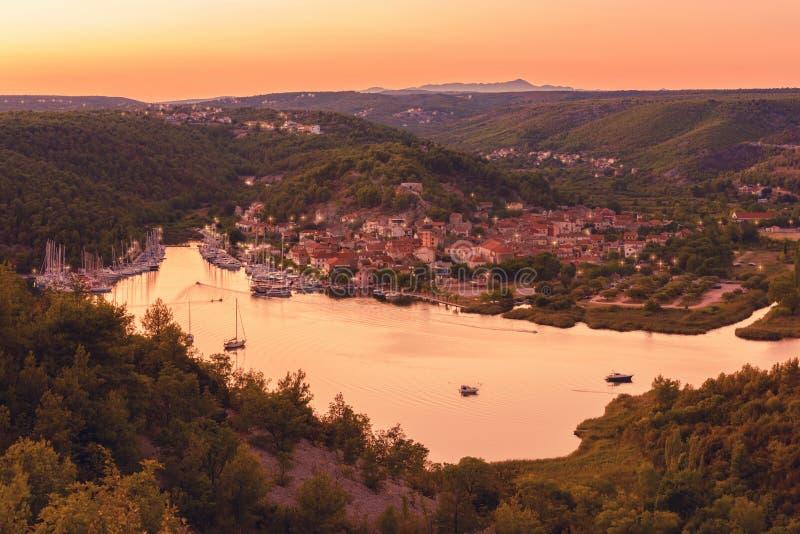 Ciudad en el río de Krka en luz de la puesta del sol, la entrada de Skradin al parque nacional de Krka, Croacia imagen de archivo