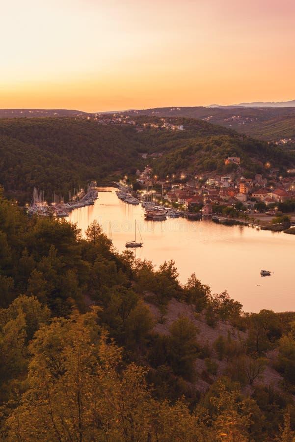 Ciudad en el río de Krka en luz de la puesta del sol, la entrada de Skradin al parque nacional de Krka, Croacia imagenes de archivo