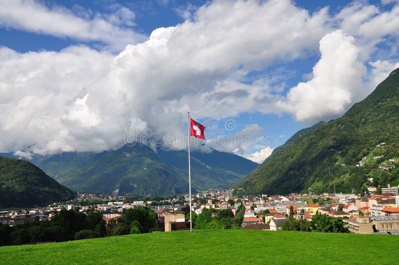 Ciudad en el valle alpestre, Bellinzona, Suiza imagen de archivo