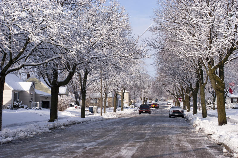 Ciudad en invierno, casas, hogares, nieve de la vecindad imagenes de archivo