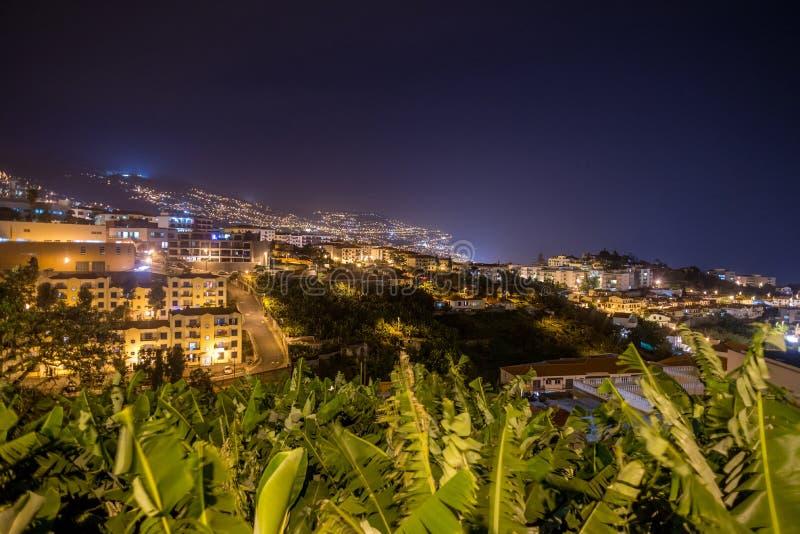 Ciudad en la noche, isla de Madeira, Portugal de Funchal fotografía de archivo